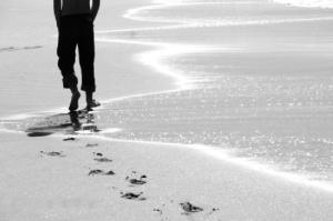 Caminando solo por la playa