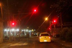 coche en semaforo en rojo