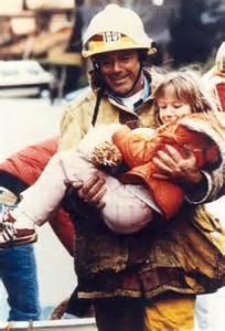 bombero-con-nina-en-brazos