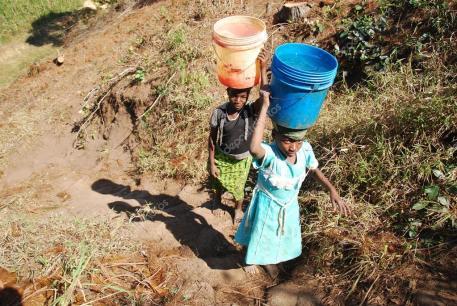 Acarrear agua en Africa